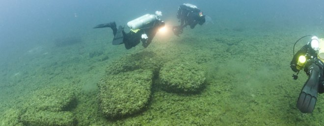 Divers examining boulders at the bottom of Lake Huron that served as caribou drive lanes for prehistoric hunters. Photo courtesy of Tane Casserly  Source: http://www.pasthorizonspr.com/index.php/archives/12/2011/lake-huron-reveals-a-prehistoric-past