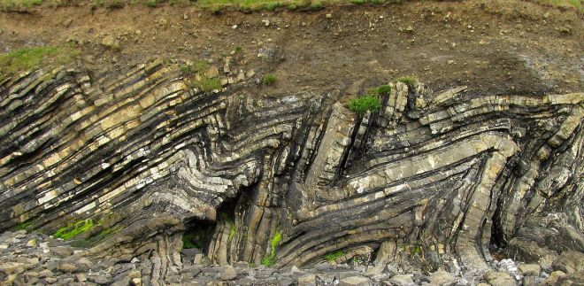Loughshinny_folds-rock-bent-wikipedia