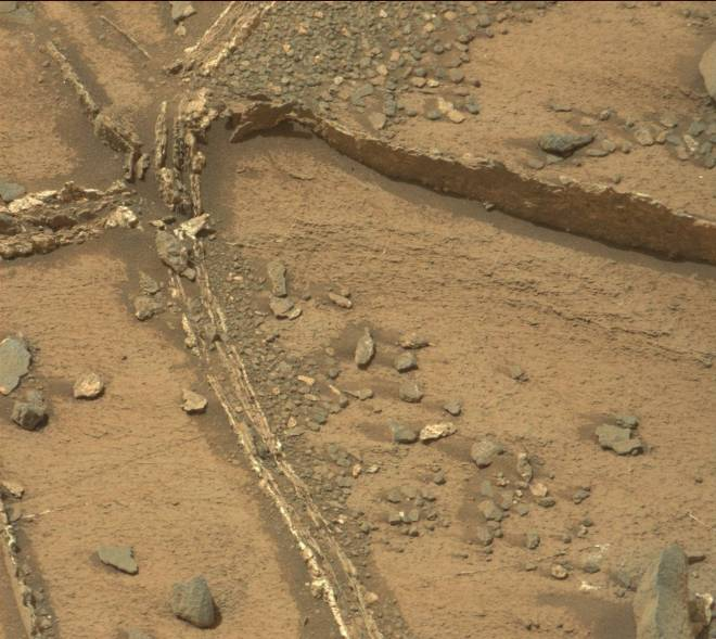Cemented cracks-mars-rover-curiosity0943MR0041430080501975E01_DXXX