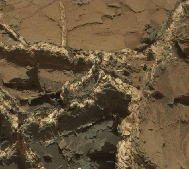 curiosity-rover-mars-filled-cracks-0939MR0041250000501929E01_DXXX
