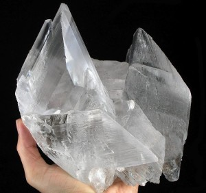 A large crystal retrieved from the Naica mine. By Rob Lavinsky, iRocks.com – CC-BY-SA-3.0, CC BY-SA 3.0, https://commons.wikimedia.org/w/index.php?curid=10160539 Picture of cave crystal wikipedia attribution
